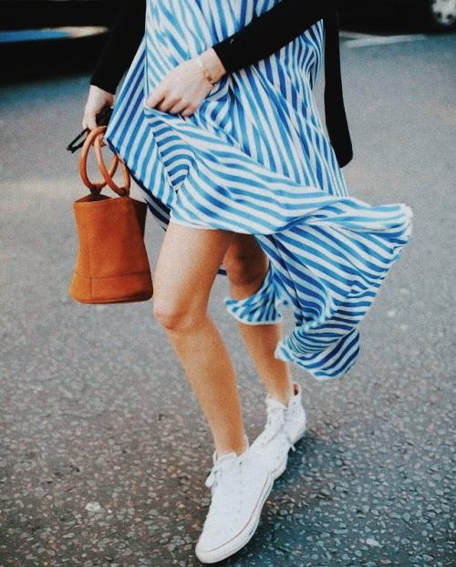 Las zapatillas blancas deportivas son un must de toda madre moderna. Combinan perfectamente con vestido, traje o vaqueros.