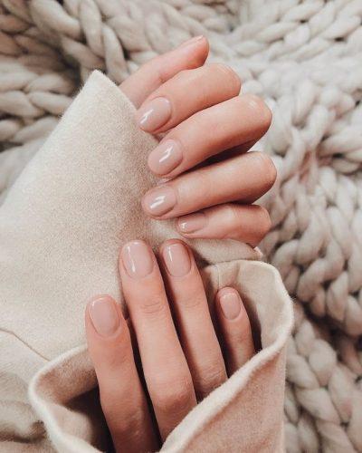 La manicura de uñas nude es elegante y práctica. Pero elegir el tono de esmalte de uñas nude que te favorece depende de tu color de piel.