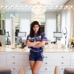 Tocador Kylie Jenner. Cómo hacer un tocador de maquillaje con luces. Mesa tocador, espejo, luces LED, taburete y organizador de maquillaje.